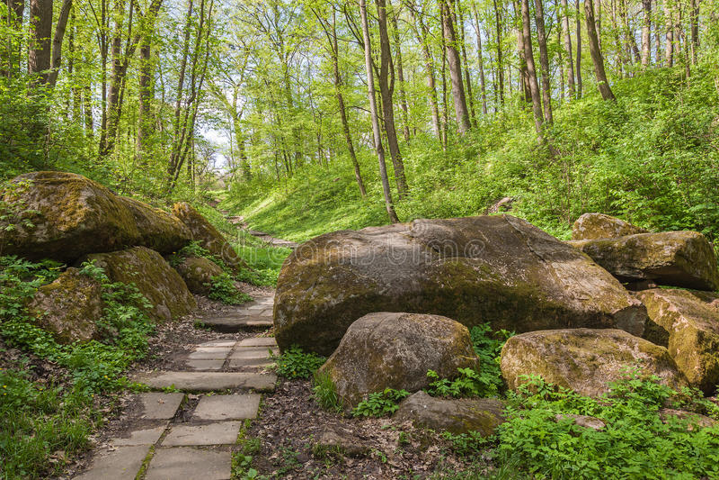 UKRAINA BELAYA TSERKOV: Passage till och med stenarna in i th royaltyfria bilder