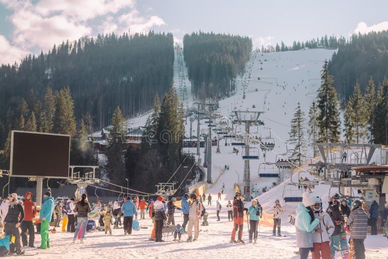 Ukraina Bukovel - December 14, 2015: Det populära berget skidar semesterorten i Carpathiansna royaltyfri fotografi