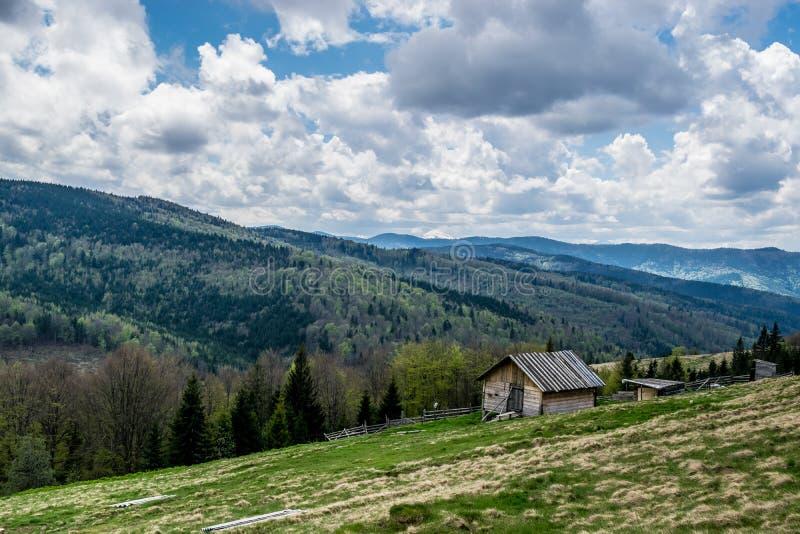 Ukraina bygd, lantgård i berg arkivbilder