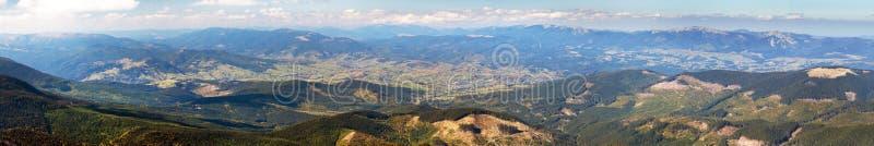 Ukraina Carpathian berg och Jasinja by royaltyfri fotografi