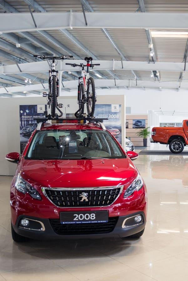 Ukraina, Cherkasy, Maj 2019 Nowy czerwony rodzinny samoch?d Peugeot 2008 z g?r? na dachu dla bicykli/l?w w przedstawicielstwo fir zdjęcia stock