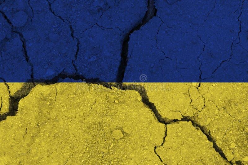 Ukraina flaga na krakingowej ziemi fotografia royalty free