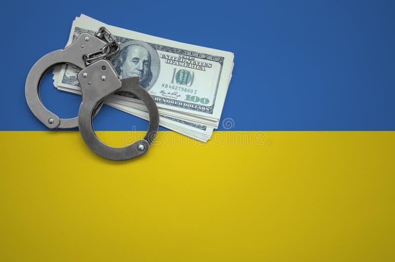 Ukraina flagga med handbojor och en packe av dollar Begreppet av avbrott av lag och av tjuvbrotten royaltyfria foton