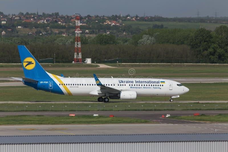 Ukraina internationellt flygbolagflygplan på den budapest flygplatsen Ungern arkivfoton