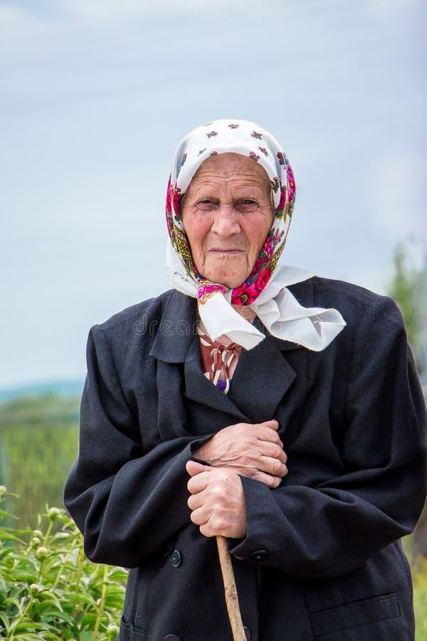 Ukraina Khmelnytsky region Maj 2018 Odludny zaniechany elderl obrazy royalty free