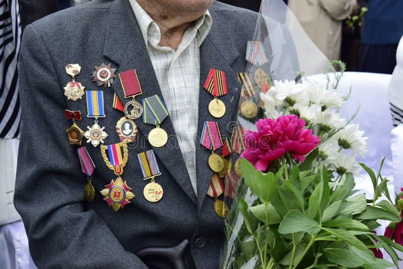 Ukraina Kiev - 05 9 2016: Folket firar dagen av segern i gatorna av staden, en militär musiker royaltyfri foto