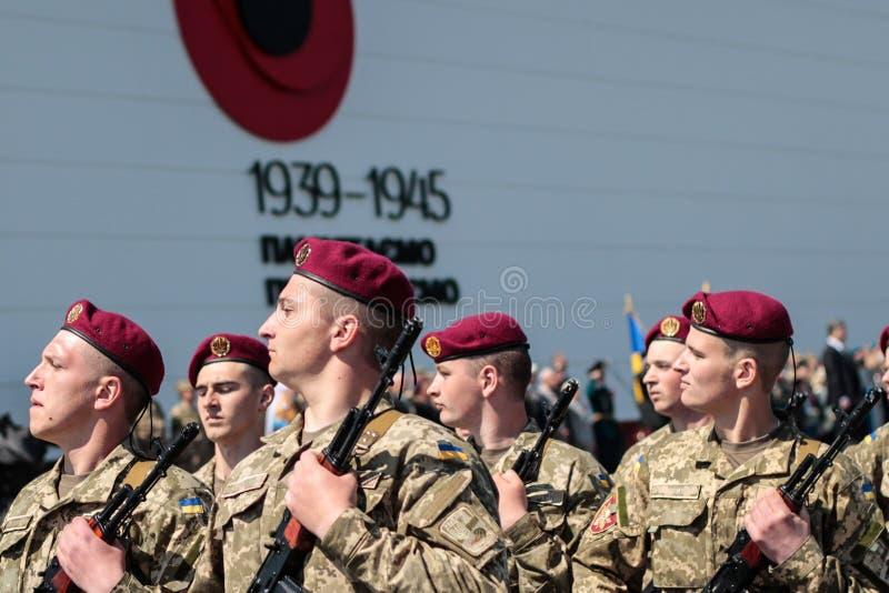 Ukraina Kiev 8 Maj 2015: Rekryt av krigsmakten av det Ukraina tagandet särar en edceremoni royaltyfri bild