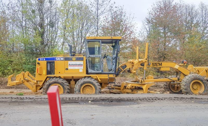 Ukraina, Kiev - 1 oktober 2019: Vägrullar, traktor och byggnadsutrustning arbetar på en ny vägbyggplats Kommissionen royaltyfri fotografi