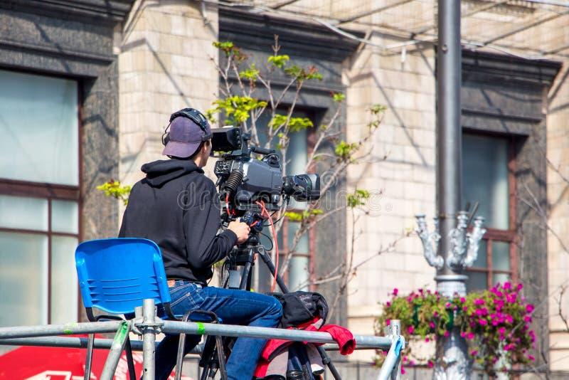 Ukraina kiev Październik 2018 Operator z kamera wideo podczas gdy obraz stock