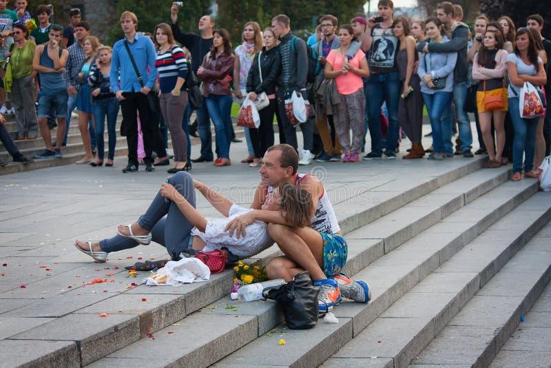 UKRAINA KIEV - September 11,2013: Hemlösa par som håller ögonen på Co arkivfoton