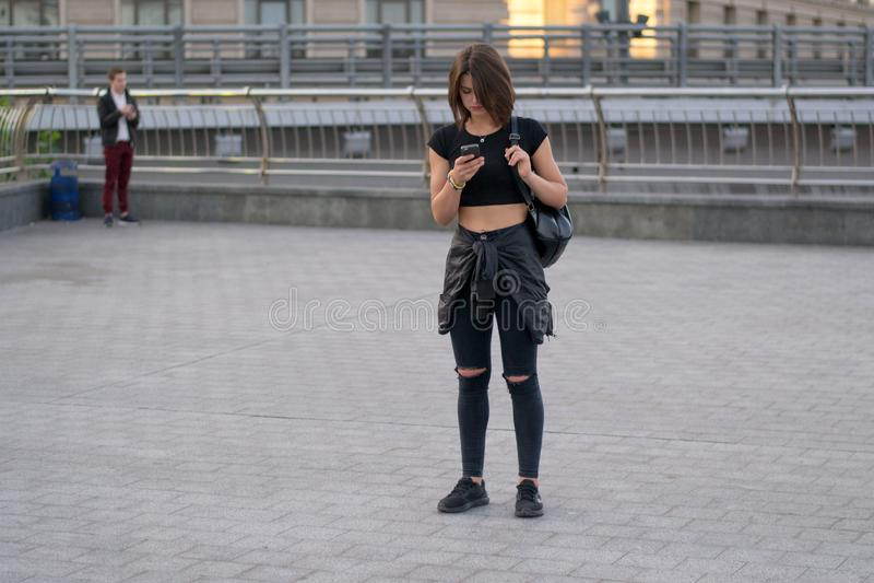 UKRAINA, KIEV-SEPTEMBER 24,2017: Nastolatek na Khreshchatyk ulicie Dziewczyna pisze wiadomości w telefonie na miasto ulicie obrazy royalty free
