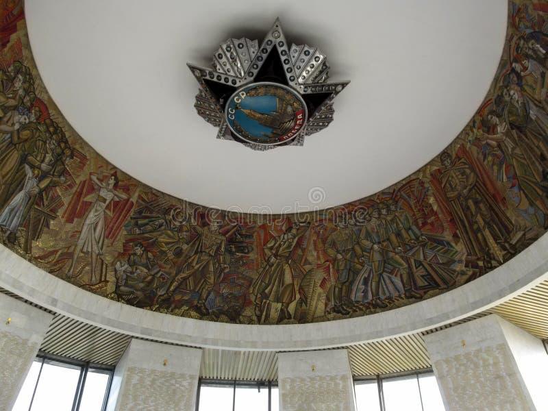 Ukraina Kiev - September 17, 2017: Sovjetisk stjärna av beställningen av segern och en mosaik som visar händelserna av världskrig fotografering för bildbyråer