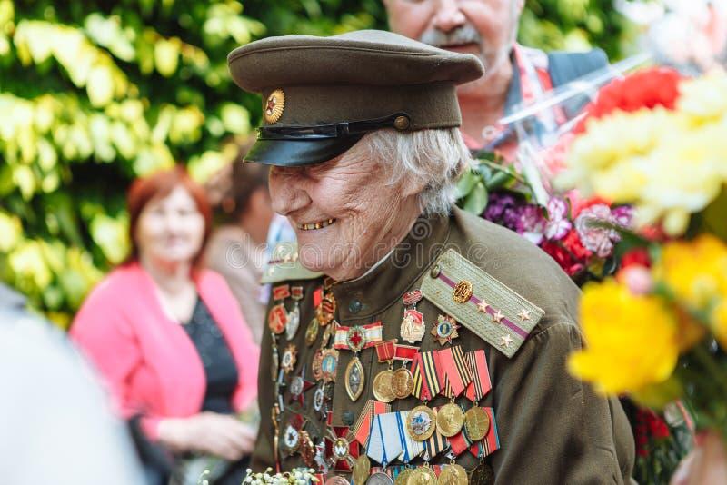 UKRAINA, KIJÓW, MAJ 9, 2016, zwycięstwo dzień, Maj 9 Zabytek niewiadomy żołnierz: Weterani druga wojna światowa niosą kwiaty monu zdjęcie royalty free