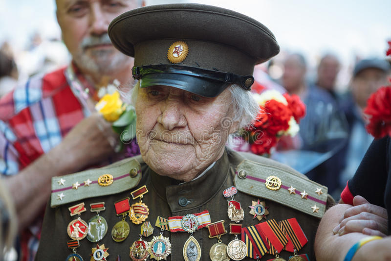 UKRAINA, KIJÓW, MAJ 9, 2016, zwycięstwo dzień, Maj 9 Zabytek niewiadomy żołnierz: Weterani druga wojna światowa niosą kwiaty monu fotografia stock
