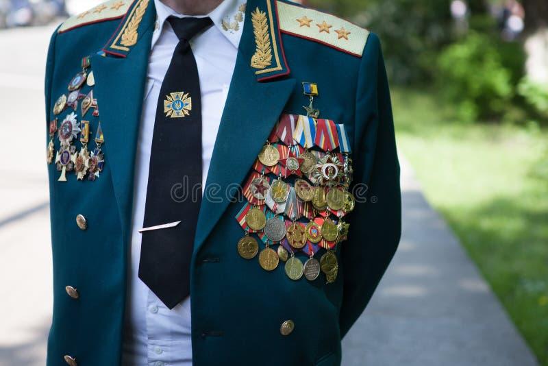 UKRAINA, KIJÓW, MAJ 9, 2016, zwycięstwo dzień, Maj 9 Zabytek niewiadomy żołnierz: Weterani druga wojna światowa niosą kwiaty monu zdjęcia royalty free