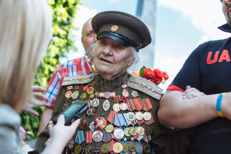 UKRAINA, KIJÓW, MAJ 9, 2016, zwycięstwo dzień, Maj 9 Zabytek niewiadomy żołnierz: Weterani druga wojna światowa niosą kwiaty monu obrazy stock