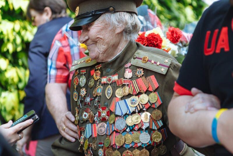 UKRAINA, KIJÓW, MAJ 9, 2016, zwycięstwo dzień, Maj 9 Zabytek niewiadomy żołnierz: Weterani druga wojna światowa niosą kwiaty monu obraz stock