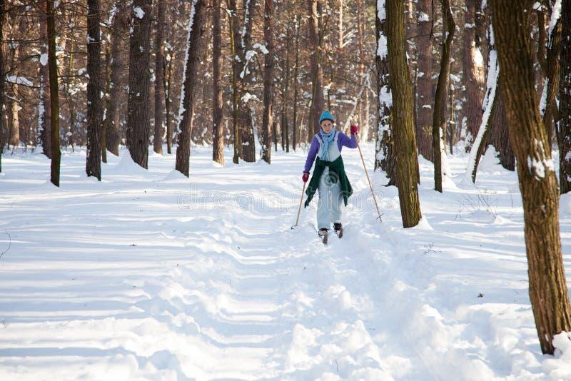Ukraina, Kijów, miasto las w Marzec, 2018 Aktywnego odpoczynek emeryt kobieta Aktywny w średnim wieku kobiety narciarstwo przez z obraz stock