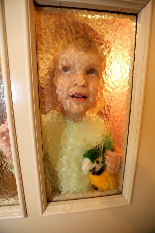 Ukraina, Kijów Troszkę dziewczyn spojrzenia przez szklanego drzwi obrazy royalty free