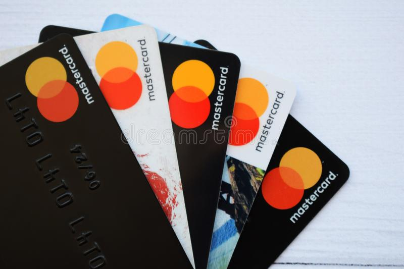 Ukraina Kremenchug - Februari, 2019: Stäng sig upp kreditkortarna med världen MasterCard royaltyfri fotografi