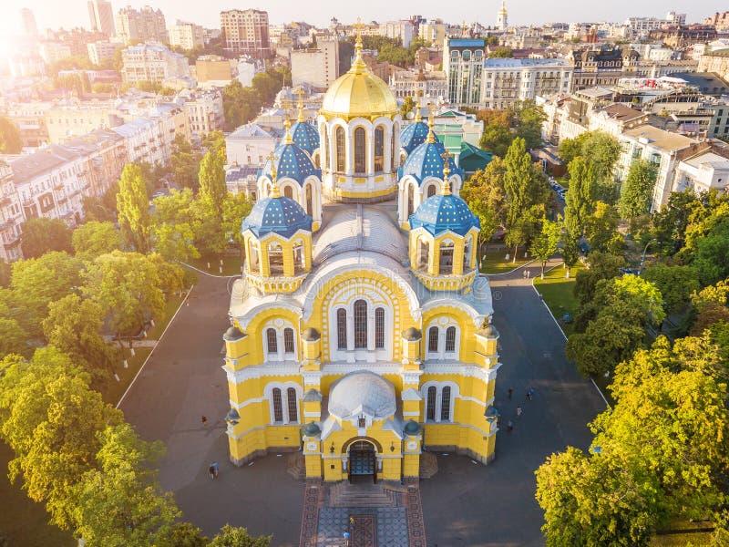 Ukraina Kyiv Kiev härlig kyrka Domkyrka för ` s för St Volodymyr Överkanten tävlar från surrflygbilden Famouse turistställen royaltyfria bilder