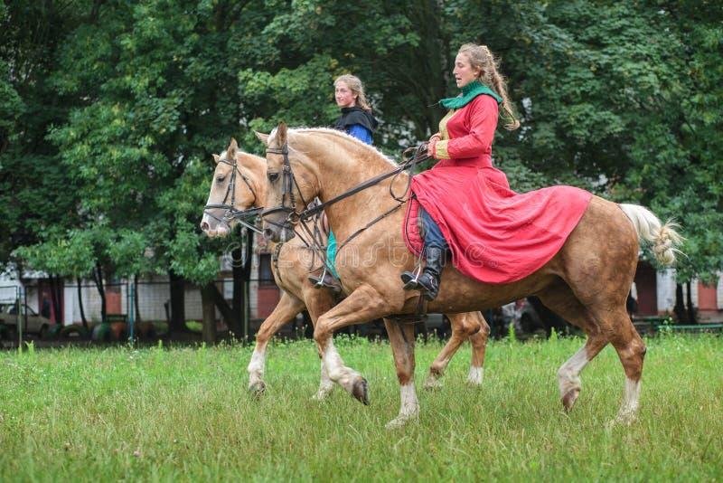 Ukraina Lviv - Juli 15, 2018: Ladys i den Medievals dräkten på hästrygg arkivfoton