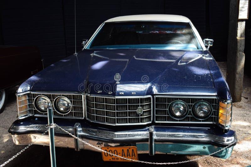 Ukraina Lviv - Maj, 2019: Gammal bil Ford i museum royaltyfri foto