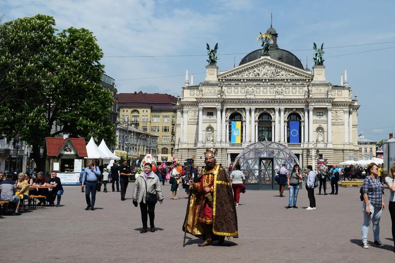 Ukraina Lviv, Maj, - 2019: m??czyzna w karnawa?owym kostiumu kr?lewi?tko Danylo Galitsky przeciw t?u opera teatr wewn?trz fotografia stock