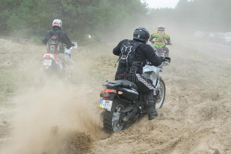 Ukraina Novgorod-Seversky, Wrzesień, - 30, 2017: Zbiera blisko Novgorod-Seversky, enduro motocyklu rasa na piaskowatej drodze, fotografia royalty free