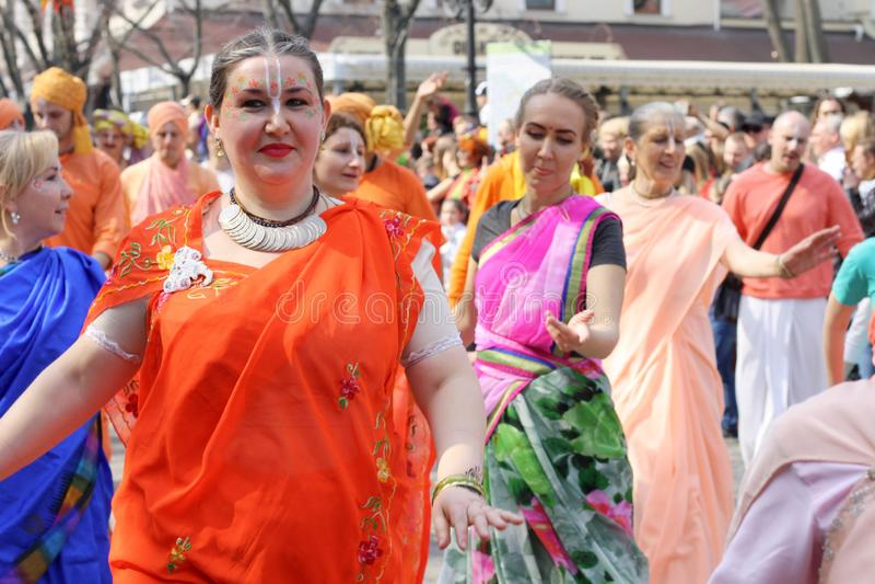 Ukraina, Odessa - April 1, 2019 hareKrishna medlemmar att sjunga och dansa under en festlig procession tilldelad till dagen av sk royaltyfria foton