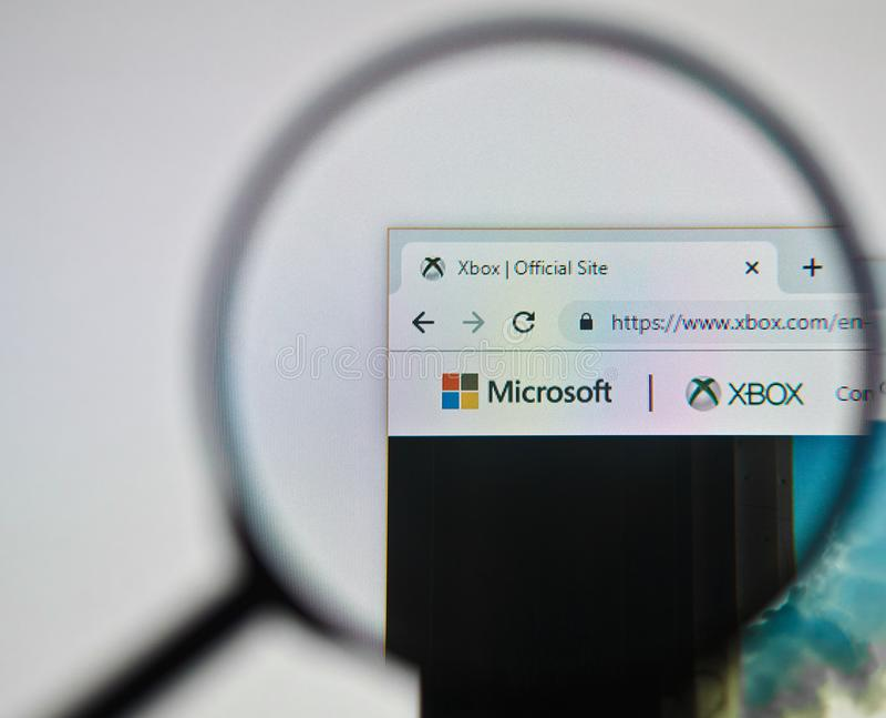 UKRAINA ODESSA - APRIL 25, 2019: Logo för Microsoft xboxwebsite till och med förstoringsglaset royaltyfri fotografi