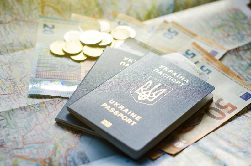 Ukraina pass med pengar på översikten arkivfoton