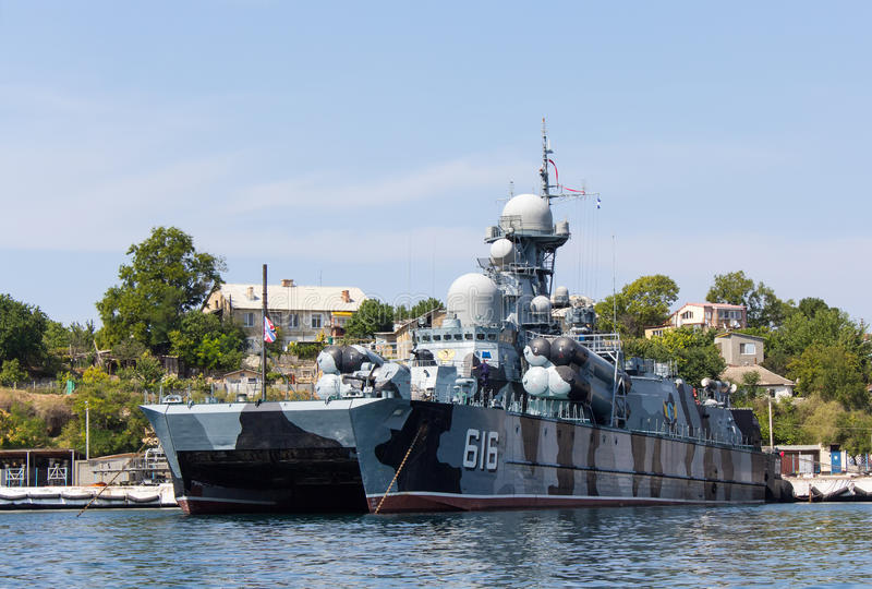 Ukraina Sevastopol - September 02, 2011: Ryskt skepp med miss arkivbild