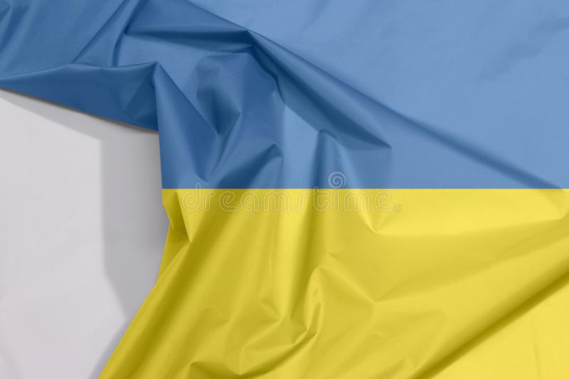 Ukraina tkaniny flaga zagniecenie z biel przestrzenią i krepa obraz stock