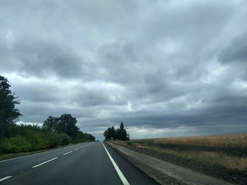 Ukraina väg, moln, fält härligt mycket arkivbild