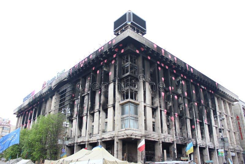UKRAINE - 20. APRIL 2014: Stadtzentrum von Kiew. Gebrannte Hausverband. Aufstand in Kiew und in West-Ukraine. Am 20. April 2014 Ki lizenzfreie stockfotos