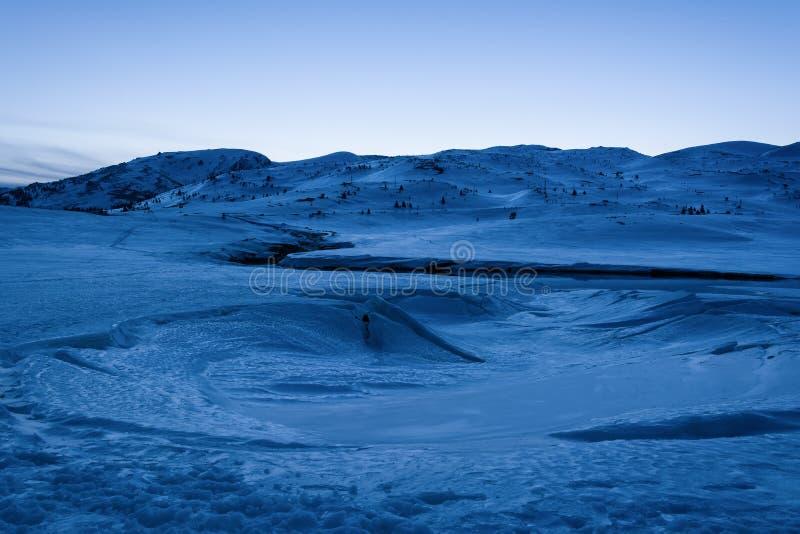 ukraine för dragobratliggandeberg vinter Fryst sjö som täckas med snö och is på den blåa timmen Fördämning Belmeken i vintern, Bu fotografering för bildbyråer