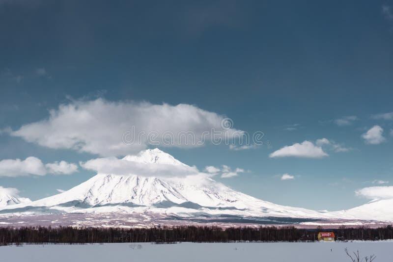ukraine för dragobratliggandeberg vinter Kamchatka halvö royaltyfria bilder