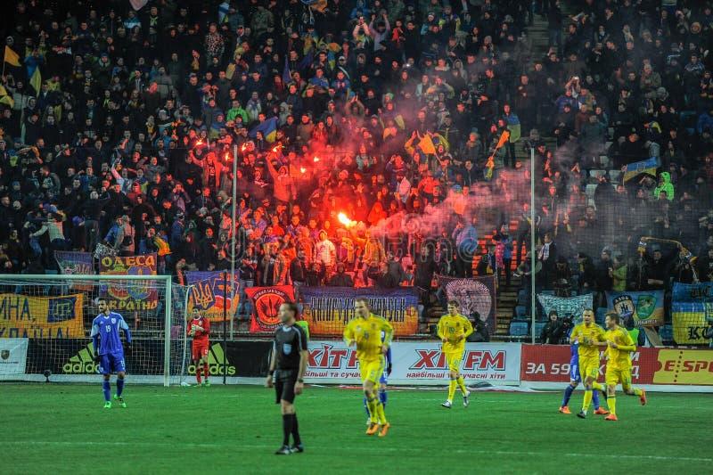 Ukraine gegen Montenegro zypern Freundschaftsspiel lizenzfreie stockfotos