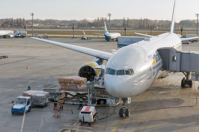 Ukraine International Airlines Boeing 777-200 in de Internationale Luchthaven van Boryspil, de Oekraïne royalty-vrije stock foto's