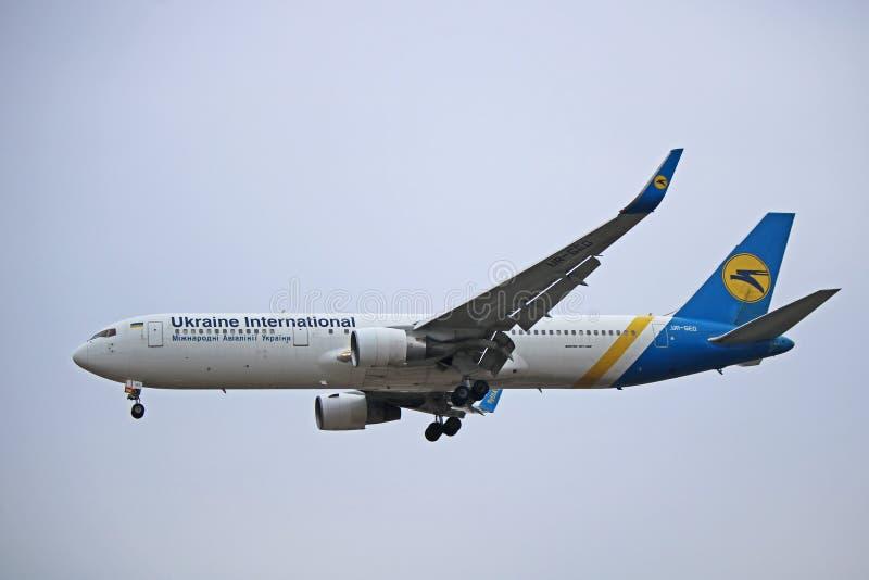 Ukraine International Airlines Boeing 767-300ER Boczny widok zdjęcia royalty free