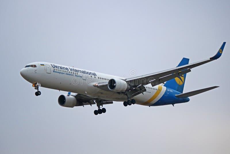 Ukraine International Airlines Boeing 767-300ER lądowanie obraz royalty free