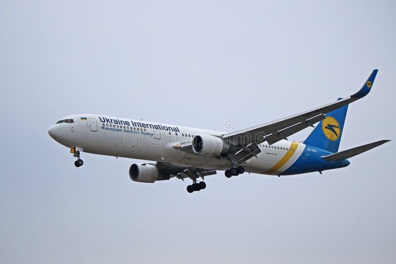 Ukraine International Airlines Boeing 767-300ER Na Definitywnym podejściu zdjęcie royalty free