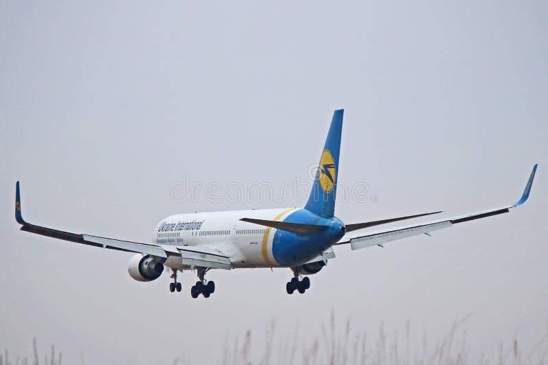 Ukraine International Airlines Boeing 767-300ER Tylni widok zdjęcie stock
