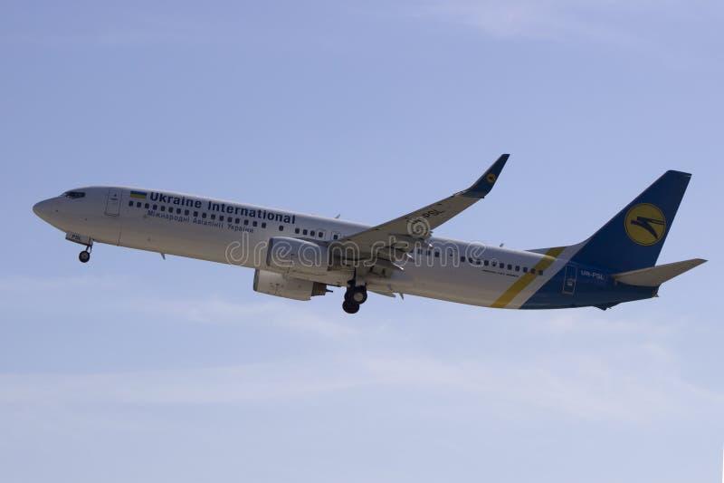 Ukraine International Airlines Boeing 737-94X (ER) (WL) start från Kharkiv den internationella flygplatsen royaltyfri foto