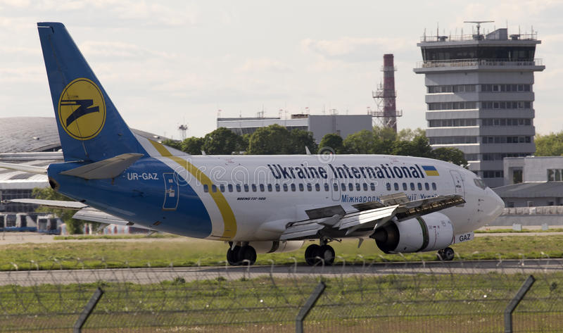 Ukraine International Airlines Boeing 737-500 flygplanspring på landningsbanan arkivfoto