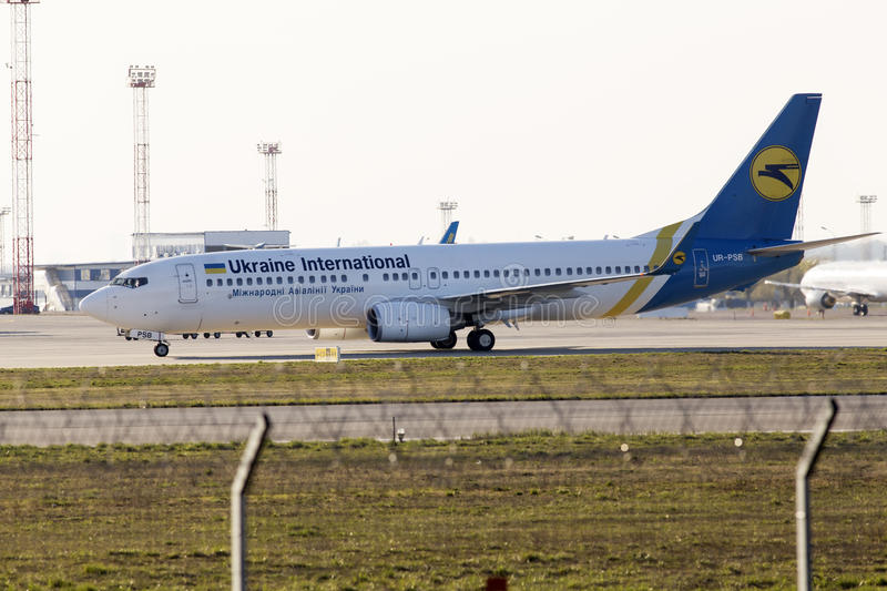 Ukraine International Airlines Boeing 737-800 samolot biega parking fotografia stock