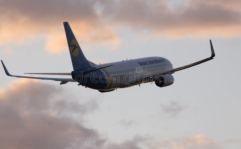 Ukraine International Airlines Boeing 737-800 samolot w zmierzchów promieniach obraz royalty free