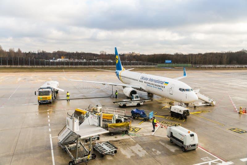 Ukraine International Airlines Boeing 737-800 tijdens keerpunt bij schort stock fotografie