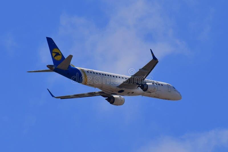 Ukraine International Airlines Embraer 190 royalty-vrije stock foto's